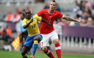 Michel Morganella (à droite), contre le Gabon au Jeux olympiques de Londres, le 26 juillet 2012.