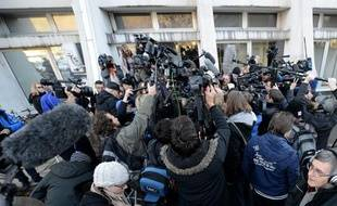 Les médias devant l'hôpital grenoblois où est hospitalisé Michael Schumacher, le 1er janvier 2014.