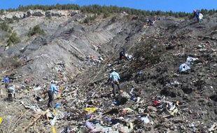 Le 26 mars, les enquêteurs tentent d'identifier les 150 victimes du crash de l'A320 de la  Germanwings.