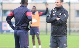 L'entraîneur de Bordeaux Willy Sagnol échange avec son joueur Malia Abdou Traoré, le 4 novembre 2014 au centre du Haillan