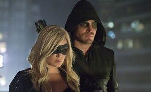 Caity Lotz et Stephen Amell dans la saison 2 de Arrow.