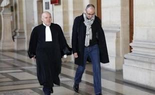 Mouloud Djennad, l'agent de sécurité chez Harry Winston, et son avocat Philippe Stepniewski à leur arrivée le 3 février 2015 au palais de justice à Paris