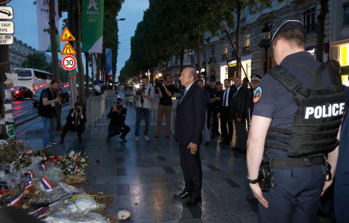 Gérard Collomb a tenu à rendre hommage à Xavier Jugelé, tué le 20 avril dernier – FRANCOIS GUILLOT / AFP