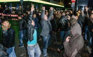 Des kurdes lors d'une manifestation à Hambourg (Allemagne), organisée contre le groupe Etat islamique en Syrie, le 8 octobre 2014
