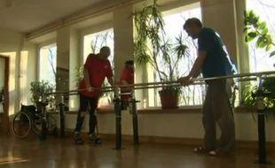 Capture d'écran d'une vidéo montrant Darek Fidyka, un Bulgare paralysé qui a subi la première transplantation de cellules nerveuses.