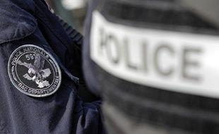 Un policier de la Brigade anti-criminalité a été blessé en tentant d'arrêter un homme en fuite, en sautant par la fenêtre de sa voiture pour tenter de saisir son frein à main.