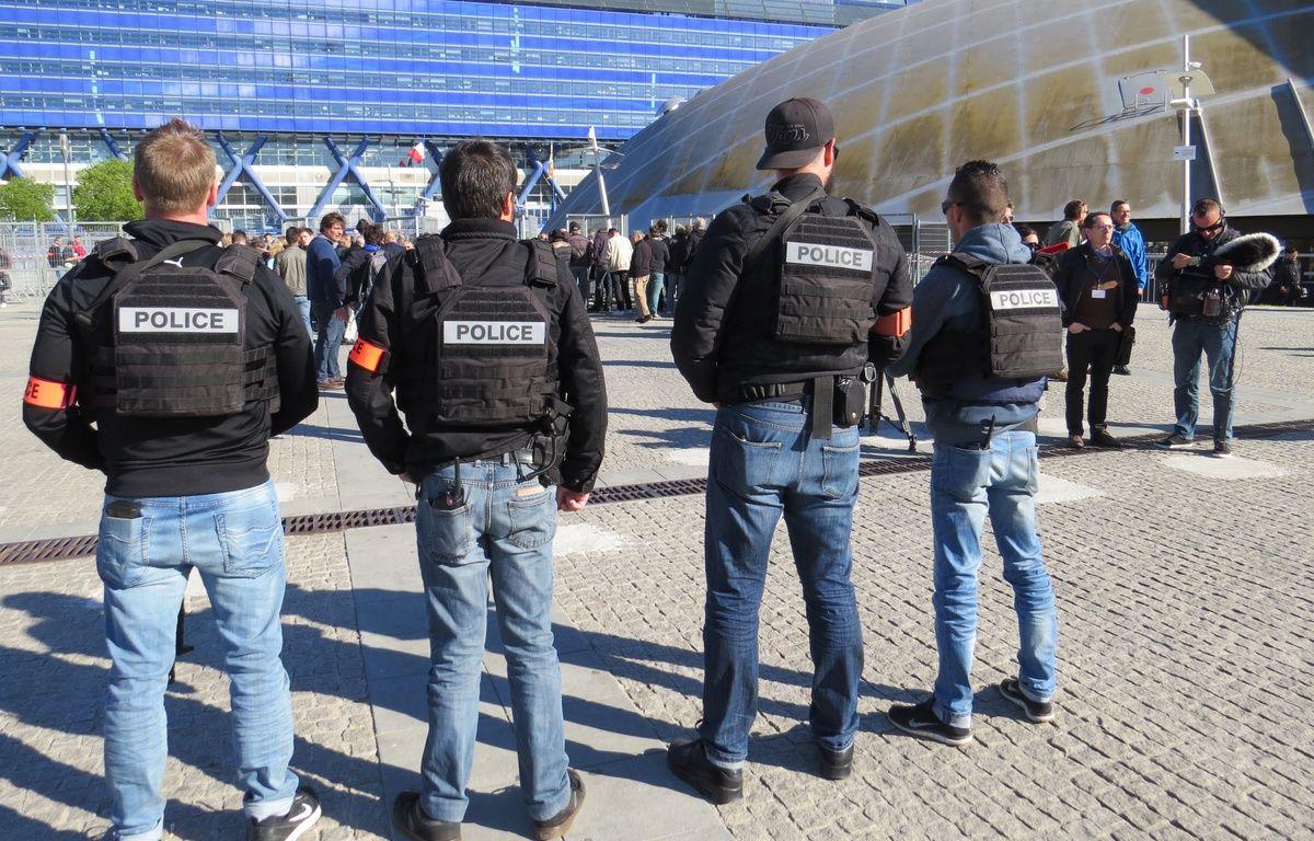 Une vingtaine de policiers en civils patrouillaient devant l'entrée du Dôme.  – Adrien Max / 20 Minutes