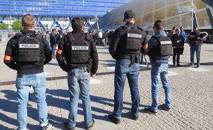 Une vingtaine de policiers en civils patrouillaient devant l'entrée du Dôme.