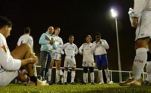 Les joueurs du Paris Football Gay, entourés de leur entraîneur, avant un match de la commission football loisir, face à l'équipe de Champs Elysées.