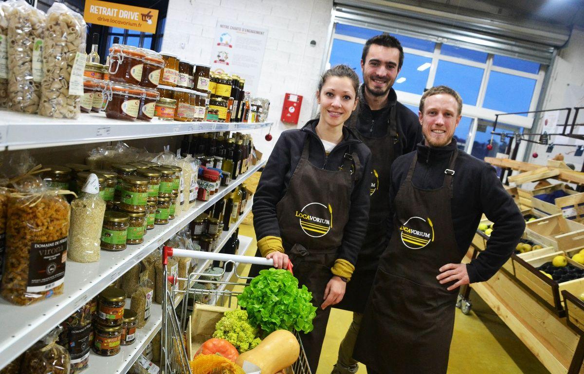 Jessica Gros, Damien Roux et Thibaud Piroux (de gauche à droite) ont lancé leur supermarché en circuit court. – N. Bonzom / Maxele Presse