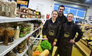 Jessica Gros, Damien Roux et Thibaud Piroux (de gauche à droite) ont lancé leur supermarché en circuit court.