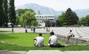 Des étudiants sur le campus universitaire de Grenoble.