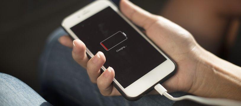 Un iPhone en train d'être rechargé (illustration)