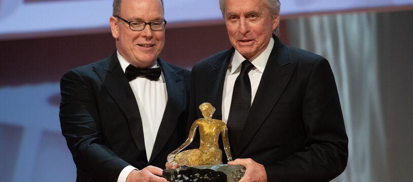 Le prince Albert remet la Nymphe d'honneur à Michael Douglas lors du 59e Festival de Télévision de Monte-Carlo.