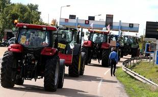 Des agriculteurs en tracteur sur l'autoroute A4 près de Reims, le 2 septembre 2015.