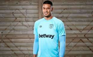Areola avec le maillot des Hammers.