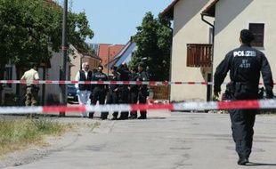 Des policiers devant la scène du crime près d'Ansbach en Bavière (Allemagne), le 10 juillet 2015