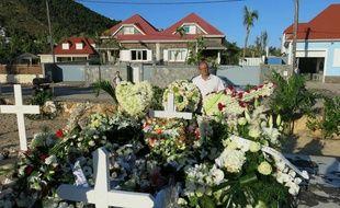 La tombe de Johnny Hallyday, à Saint-Barthélemy, est couverte de fleurs par les fans du chanteur.