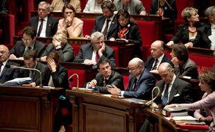 Manuel Valls, entouré des membres de son gouvernement, le 18 novembre 2015, lors des questions au gouvernement à l'Assemblée nationale.