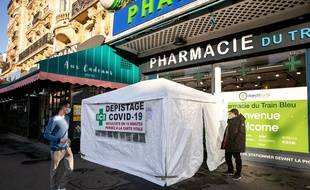 Centre de depistage COVID-19 en pharmacie. Les pharmaciens ont joué un rôle fondamental dans la crise sanitaire: masques, tests et peut-être demain vaccins.