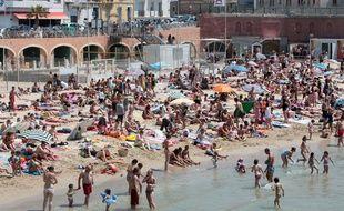 Dimanche de baignade avec une météo idéale sur la plage des catalans à Marseille