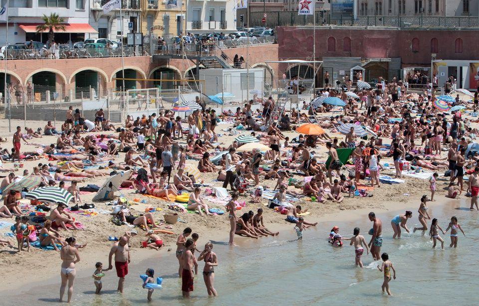 Cette image a un attribut alt vide; le nom du fichier est 960x614_dimanche-de-baignade-avec-une-meteo-ideale-sur-la-plage-des-catalans-a-marseille.jpg