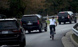 Juli Briskman à vélo face au convoi de Donald Trump qui quitte le golf de Sterling, le 28 octobre 2017.