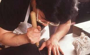 Un atelier de fabrication de sacs Hermès.