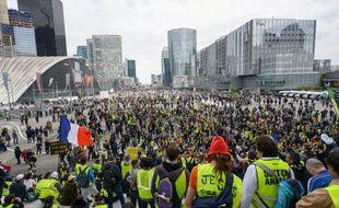 """Les """"gilets jaunes"""" place de la Défense à Paris pour l'acte 21 du mouvement samedi"""