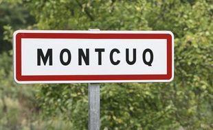 Panneau de signalisation à l'entrée de la commune de Montcuq (Lot).