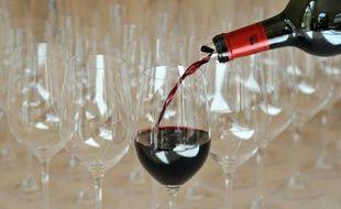 Une dégustation de vin se prépare à Saint-Emilion, près de Bordeaux le 4 avril 2011
