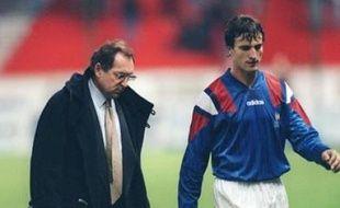Le 17 novembre 1993, Gérard Houllier et David Ginola sortent la tête basse après la défaite des Bleus face à la Bulgarie.