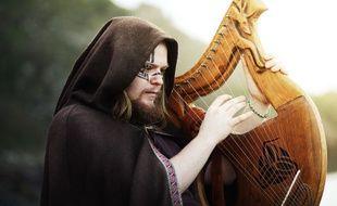 Le son de la lyre est proche de celui de la harpe.