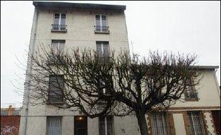 """La 14e chambre du tribunal correctionnel de Paris examine à partir de lundi le dossier dit des """"filières tchétchènes"""" dans lequel 26 islamistes présumés sont soupçonnés d'avoir préparé en 2001-2002 des attentats, notamment en France. En décembre 2002, les huit premiers suspects, sous surveillance de la DST (contre-espionnage) depuis plusieurs mois, avaient été arrêtés à La Courneuve et à Romainville (Seine-Saint-Denis)."""