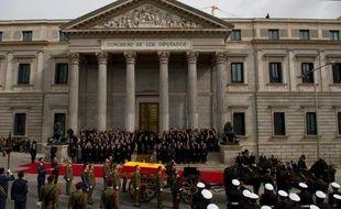 Passage du cercueil d'Adolfo Suarez drappé dans un drapeau espagnol, devant le Parlement à Madrid, le 25 mars 2014