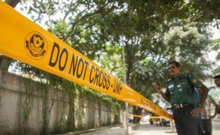 Des policiers bangladais monte la garde devant le lieu où un humanitaire italien à été tué la veille à Dacca, le 29 septembre 2015