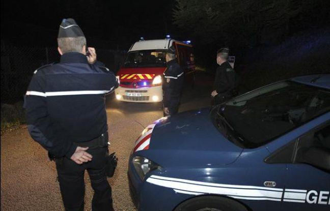 Des gendarmes à proximité du parking où quatre personnes ont été retrouvées mortes le 5 septembre 2012, sur les hauteurs du lac d'Annecy.