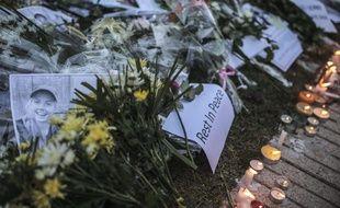 Des messages de condoléances devant l'ambassade de Norvège à Rabat, au Maroc, après le meurtre de deux jeunes femmes.