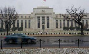 Les monnaies de certains grands pays émergents poursuivaient leur chute libre lundi, plombées par des situations économiques locales difficiles mais surtout impuissantes face à la Réserve fédérale américaine (Fed) dont une décision de politique monétaire est attendue mercredi.
