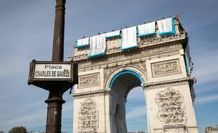 Début de l'empaquetage de l'Arc de Triomphe, œuvre posthume de Christo, le 12 septembre 2021, à Paris.