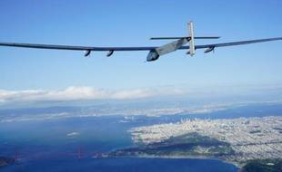 L'avion solaire Solar Impulse 2 vole au-dessus du Golden Gate Bridge à San Francisco le 23 avril 2016