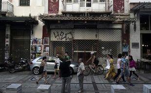 Une rue d'Athènes où les immeubles sont délabrés, symbole de la crise économique qui a frappé la Grèce et provoqué une baisse de 20% des salaires dans le privé entre 2009 et 2013