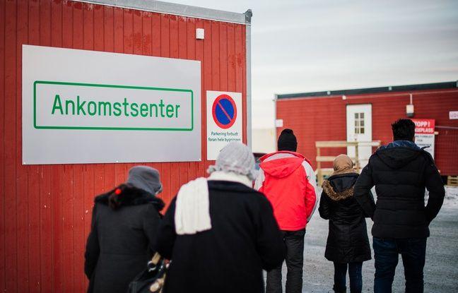 Des réfugiés devant l'entrée d'un centre d'accueil près de Kirkenes, en Norvège, le 12 novembre 2015.