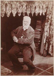 Victor Hugo assis dans le look-out de Hauteville House à Guernesey.