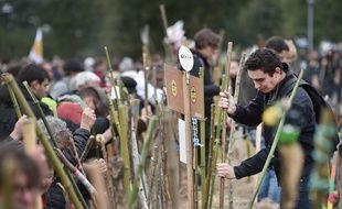 L'un des temps forts du rassemblement des anti-aéroport le 8 octobre 2016 à Notre-Dame-des-Landes a été la saisie de centaines de bâtons.