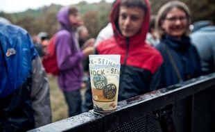 Deux gobelets réutilisables au festival Rock en Seine à Paris, en 2013. Illustration