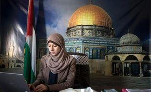 Dans le bureau de presse du gouvernement, une fraîche et candide jeune porte-parole s'apitoie en anglais sur le sort de la population. Dehors, des hiérarques barbus, mine renfrognée, haranguent forces de sécurité et combattants cagoulés: à Gaza, le Hamas présente deux visages.