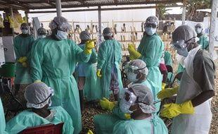 Des soignants dans un centre de traitement d'Ebola à Monrovia, au Liberia, le 30 janvier 2015.