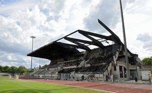 Le toit et les tribunes ont brûlé en grande partie, puis les salles ont été inondées.