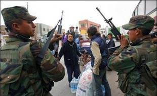 Pérou: craignant des désordres, les autorités ont organisé sous la protection de l'armée des points de distribution de vivres, d'eau et de médicaments provoquant d'énormes files d'attente notamment sur la place d'armes de Pisco, une ville détruite à 70%.